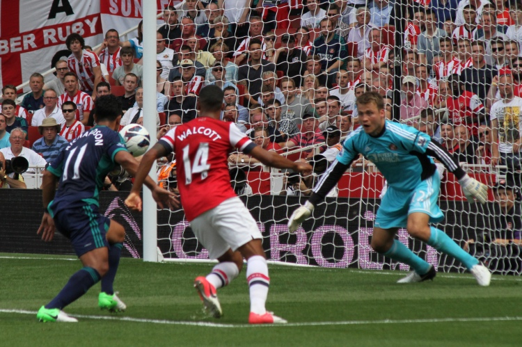 Arsenal vs Sunderland, Kieran Richardson, Theo Walcott and Simon Mignolet - Photo by Ronnie McDonald - CC-BY-2.0